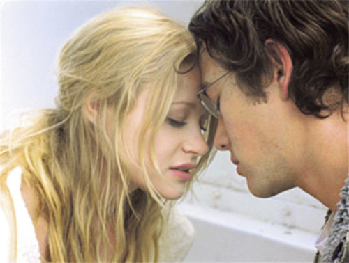 Emilie de Ravin and Joseph Gordon-Levitt star in the neo-noir film Brick.