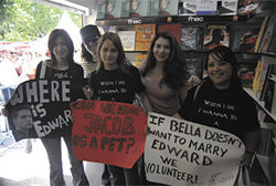 Stephenie Meyer meets fans in Italy.