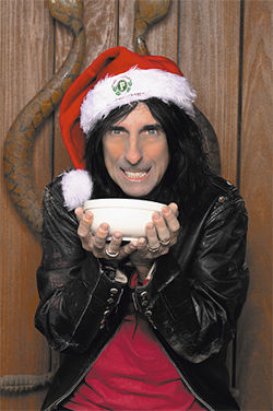 Alice Cooper: Puddin' on the hits.