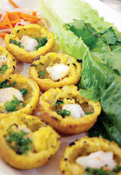 Banh knot, bite-size versions of the Vietnamese pancake.